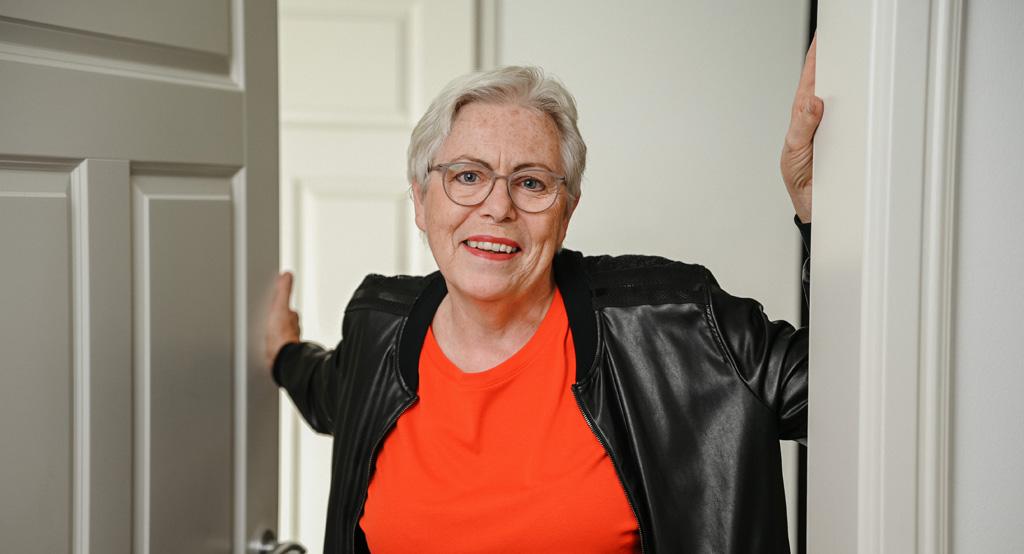 Ulrike Burkert lächelt aus dem Türrahmen